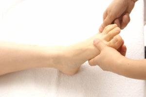 足の指を引っ張る