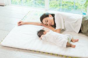 睡眠で体調不良を改善する母