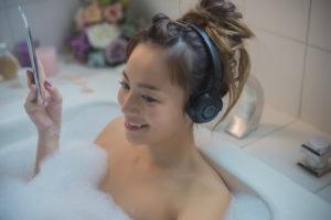 冷え性改善の入浴法でくつろぐ人