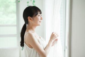 日光浴で自律神経を整える女性