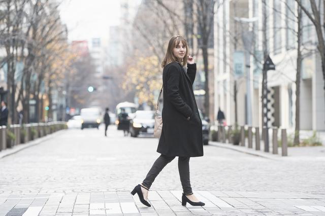 姿勢よく歩く女性