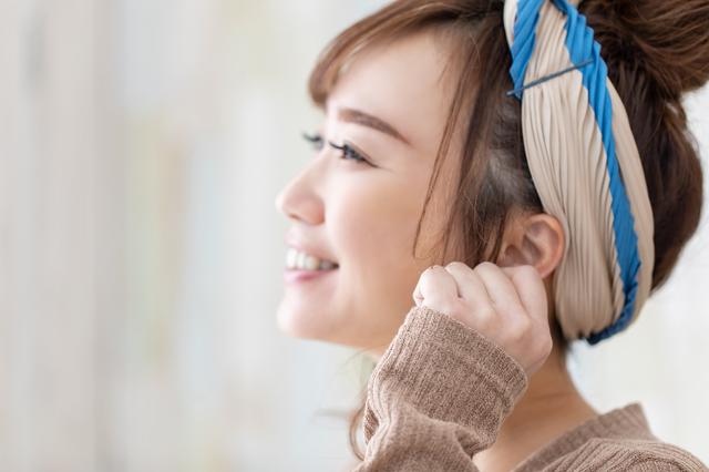 耳つぼを確認する女性