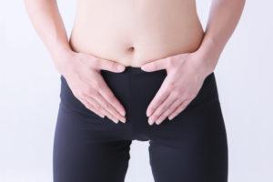 腹式呼吸をする女性