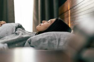 30秒呼吸をし自律神経を整える女性